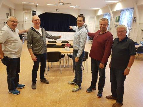 VELKOMMEN: – Her blir golvet fylt opp av mannskorsangere torsdag kveld, og du er velkommen til å delta, sier styret i Mannskoret KK. Fra venstre: Åge Framstad,  Svein Hansen, Anders Morstad, Arve Reidem og Nils Martinsen.