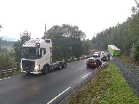 I GRØFTA: Et vogntog har mistet en henger i Olumslinna.