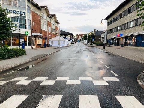STORGATA: Klokka 07.00 torsdag, med litt regn på asfalten etter natta. Men under Potetfestivalen blir det mest oppholdsvær og sol.