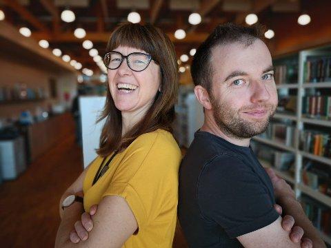 QUIZ-DUELL: Biblioteksjef Wenche Nyaas og quizmaster Håvard Krågsrud utfordrer politikerne til å stille lag på neste quiz.