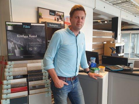KLAR FOR NY SATSING: Eier og daglig leder Øyvind Bjørklund (36) i visningsrommet til den nye butikken som åpner i Hunndalen.