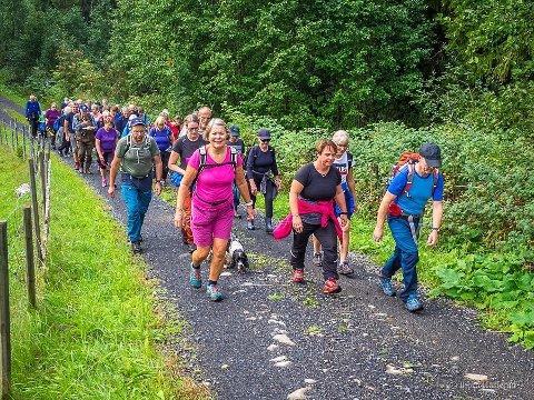 UT PÅ TUR: Over 250 møtte fram søndag og mange av dem la ut på tur langs den nye stien.