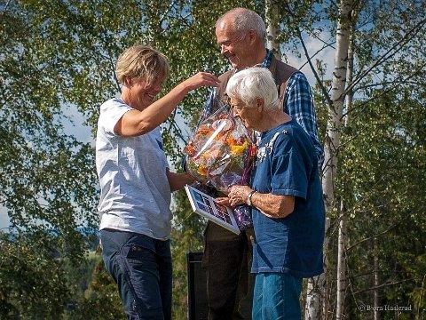 BLOMSTER: Sigrid Heier mottar blomster og lesestoff fra Knut Sterud og Marie Kleven.