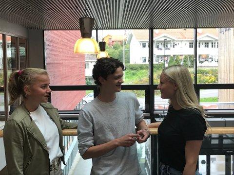 DISKUTERER: Frida, Ådne og Marthe hadde en lang diskusjon om hva som kan gjøres for å få flere til å stemme ved lokalvalg.