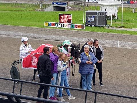 STOR DAG: Eier og kusk Per M. Hvattum fra Brandbu sammen med oppdretter Anna Helene Stastad, kona Karin og barnebarnet Anna (11) samt Knut Veum i Norsk Travselskap.