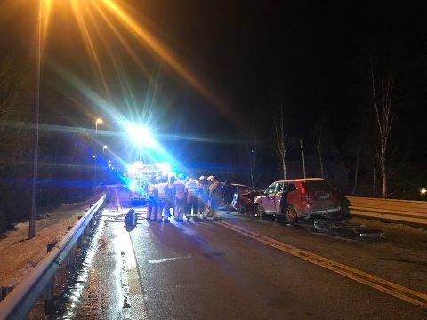 SPERRET: Politiet fikk melding om ulykken 18.14. Klokken 20.45 varslet Vegtrafikksentralen at vegen var åpen igjen.