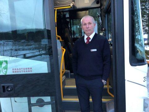 FOR SEINT: Bussjåfør Edvin Olsen var på veg nedover det bratte partiet av Søndre Ålsvegen. Han mener vegen burde ha blitt strødd tidligere på dagen.