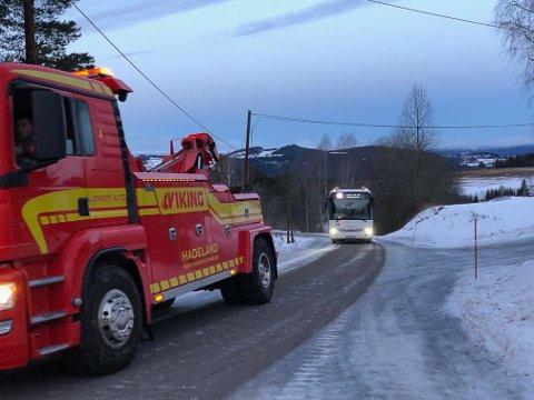 PÅ VEG OPP: Bussen på veg opp mot SÅS-plassen, etter at det ble gruset kom den greit opp, etter drahjelp i starten av bergingsbil.