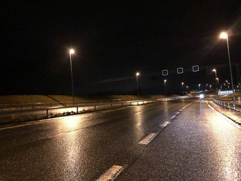 REGNVÅTT: Riksveg 4 ved søndre avkjøring til Gran, klokka 06.05 fredag morgen.