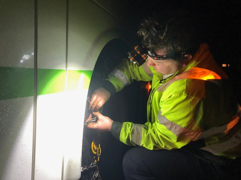 FORSINKELSER: I dag kommer mange skoleelever for seint på skolen. Bussjåfør Håkon Østbøll sikrer bussen med kjetting.