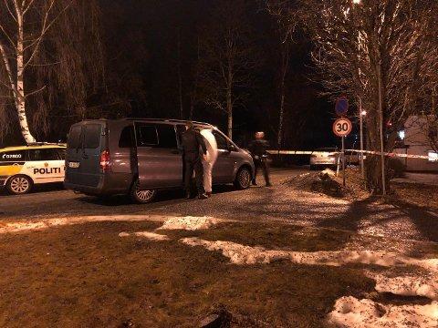 PÅGREPET: En person tas bort fra boligen der en person mistet livet fredag kveld.  Fire personer er siktet etter dramaet i omsorgsboligen.