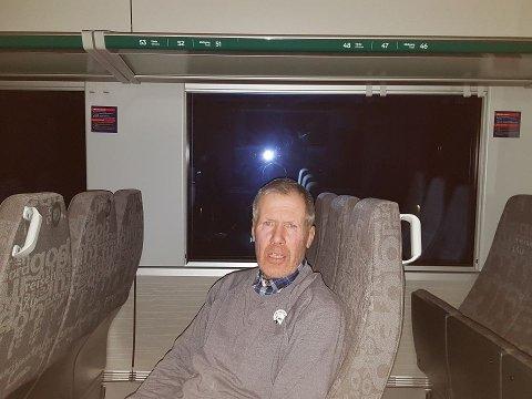 Trond Skjøtskift fra Brandbu sitter på toget som har kjørt på et tre mellom Raufoss og Reinsvoll