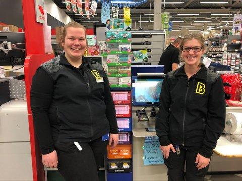 SOLGTE VINNERKUPONGEN: Butikksjef ved Bunnpris Roa,Tina Øybakken, (til venstre) og Anne Marte Johansen kan ha solgt vinnerkupongen. På fredag blir det kake fra Norsk yipping.