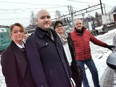 VALGTE TAXI: Ylva Søhus (fra venstre), Håkon Tunheim, Mette Rindal og Arne Lægreid var på vei fra Oslo til Gjøvik. De endte opp med å kjøre taxi fra Jaren.