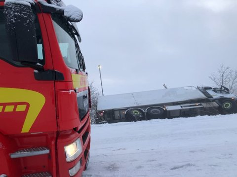 Bilberger er på plass for å få melkebilen opp av grøfta.