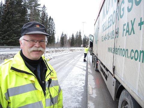 STOPPER ALLE: Arne Sørbekk, seniorinspektør Statens vegvesen, er gjennomgående fornøyd med kvaliteten på tungbilene som går gjennom Valdres.