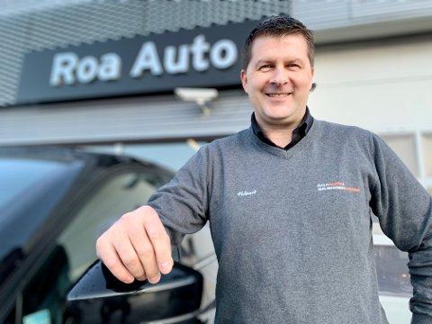 NY MANN: Håvard Sponbråten har begynt som selger på Roa auto, etter 20 år som drosjesjåfør. – Spennende å prøve noe nytt, mener 42-åringen.