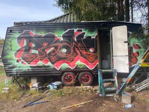 DYRKET NARKOTIKA: I denne campingvogna fant politiet en mindre cannabis-plantasje.
