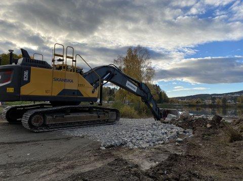 GRAVEARBEIDET ER I GANG: Arbeidet med å fylle 8.000 kubikkmeter steinmasser i Randsfjorden er i gang. På sikt vil det bidra til en ny gangvei ved Hadeland Glassverk.
