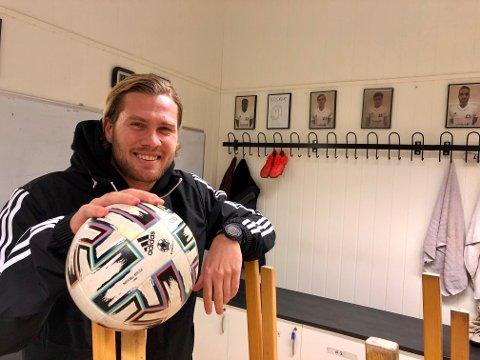 HELTID: Ole Petter Berget satser hardt på en yrkeskarriere som fotballtrener.  Han er oppvokst i en fotballgarderobe og trives i det det aller helligste rommet. – Her bygges miljøet, sier Ole Petter.