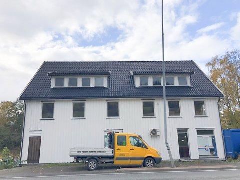 PUSSES OPP: Det er oppussing på gang i den tidligere Kaasa-butikken. Det planlegges tre leiligheter, tre kontorer og lagerplass i bygget.