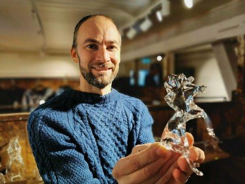 GLASSHEST: Velkommen til juleutstilling på Glasslåven, sier glasskunstner Eivind Narum med en av hestene han stiller ut.