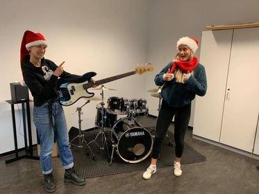 KONSERT PÅ NETT: Musikklinja ved Hadeland videregående skole arrangerer digital julekonsert. Fra venstre Gina Bjertnæs og Sandra Stepanenko Nilsen.