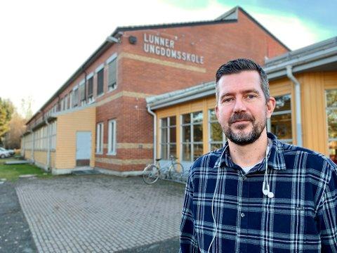 HAR VÆRT STENGT: Rektor Lasse Juliussen kan snart ønske elevene velkommen tilbake på skolen.