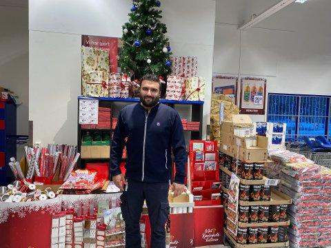 JULESTUNT: Kjøpmann Omar Alam (32) vil holde døgnåpent fra 22. desember klokka 07.00 til 16.00 på julaften. Med 57 timers åpningstid, bør det være mulig for de fleste å få julematen i hus.