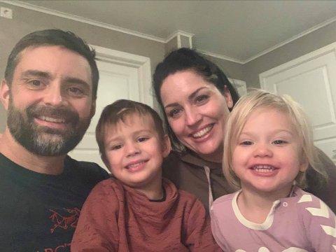 ØNSKER Å HJELPE: Familien Dynna ønsker å hjelpe noen som gruer seg til jul. Torstein, Iver, Tonje og Enny håper noen som trenger det tar kontakt.
