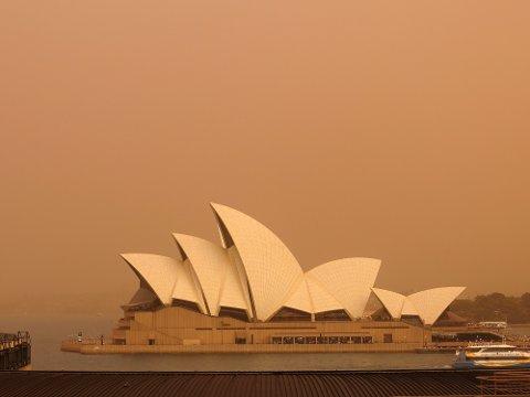 Operahuset i Sydney med bakteppe av røyk fra alle skogbrannene i nærheten av byen i januar.
