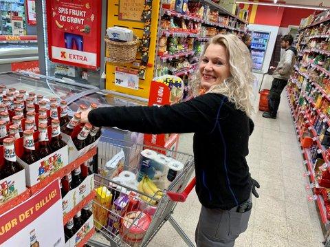 BUGNER: Vibeche Messell plukker så det bugner når hun fyller julevognene som gis bort til de som trenger litt ekstra hjelp med å fylle kjøleskapet i jula i år