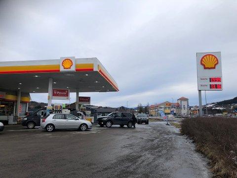 LAVE PRISER: Mandag er det lavere priser på drivstoff en vanlig, og det har vært tidvis kø og jevn strøm med biler som trenger påfyll.