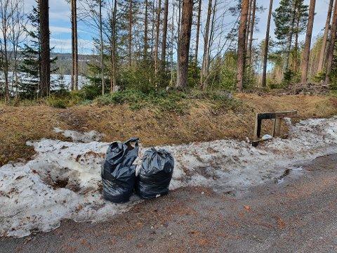 SØPPEL: Folk setter fra seg fulle søppelsekker på rasteplassen ved den gamle vekta ved Harestuvatnet.