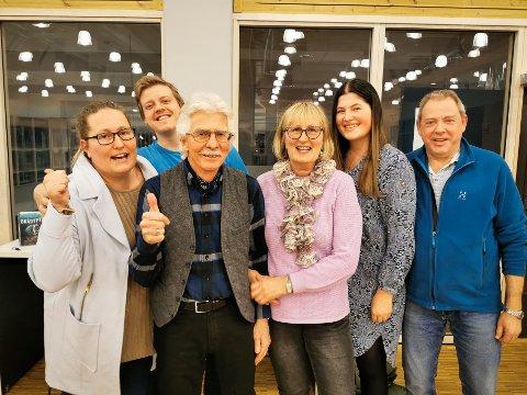 VINNERLAGET: Det ble delt seier i quizen, men denne gjengen ble kåret til månedens vinner etter et ekstraspørsmål. Fra venstre står Janne Colbjørnsen, Kjetil Røste Ringen, Bjørn Colbjørnsen, Ellen Colbjørnsen, Anette Colbjørnsen Skaane og Odd Arne Røste