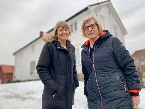HUSFLIDSHUS: Eier Lene Haakenstad Bakken og leietaker Kari Hovland Aasen foran det gamle landhandleriet på Haakenstad, som skal bli arena for husflidsaktiviteter i minst 15 år framover.