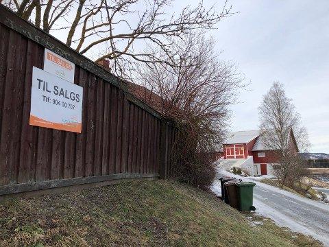 LOKALE KJØPERE: Denne plakaten på gjerdet var tilstrekkelig markedsføring for å selge Sandberg gård på Roa. To lokale personer har kjøpt eiendommen.