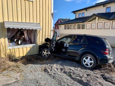 STOPP: En bil kolliderte med en restaurant i Lunner torsdag.