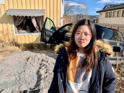 SKREMT: Jiaen Yan (22) ble naturlig nok skremt da bilen smalt inn i veggen mens hun satt i restauranten.
