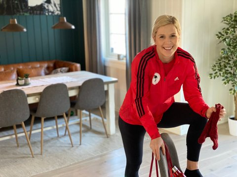 SPORTY: Anne Marthe Sneve holder seg aktiv selv når treningssentrene er stengt. Her har hun gitt Hadelands lesere et enkelt hjemmeprogram de kan benytte uten utstyr.
