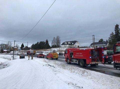 STENGT: Fylkesveg 240 er stengt i forbindelse med slukningsarbeidet.