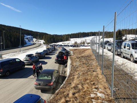 BROVOLL: Slik så det ut på den ene delen av parkeringsplassen på Brovoll lørdag morgen.
