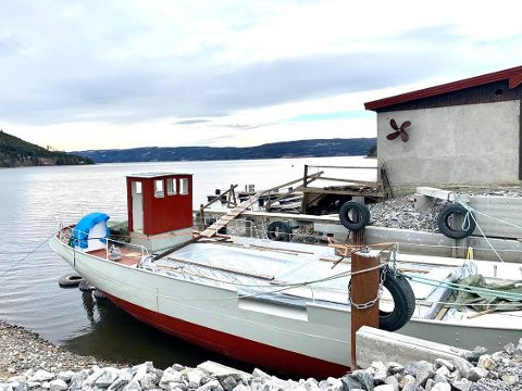 PÅ PLASS: MS Brandbu kom endelig på plass i Trygvegropa i Røykenvik. Her har den ligget siden den ble sjøsatt i november i fjor.