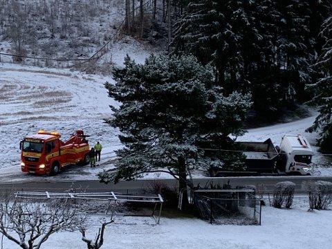 Berging på stedet: En lastebil har kjørt av vegen i Røykenvik tirsdag morgen.