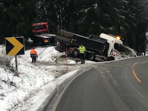 I GRØFTA: Lastebilen kjørte av vegen tidlig tirsdag morgen.