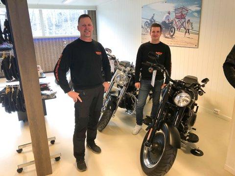 UTVIDER BUTIKKEN: Svein Erik Nilsen, innehaver og butikkansatt Espen Nordhagen har utvidet arealet og satser på salg foran sesongen.