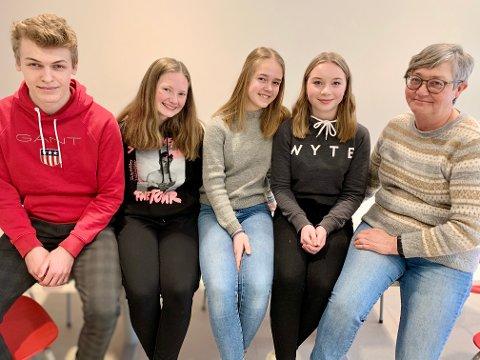 BRANDBU: Fire av elevrådsmedlemmene ved Brandbu ungdomsskole, sammen med sosiallærer Ragnhild Engnæs Fredriksen. Fra venstre Bartosz Golab (15), Martine Løvbrøtte (16), Tuva Lynne Mathisen (13) og Zita Christina Ulnes-Groff (14).