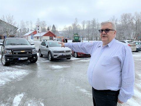 SPENT: Morten Brasrud som driver Centrum café er spent på hvordan flomsikringsarbeidet vil slå ut for hans virksomhet. Han mener det finnes alternativ adkomst til parkeringa.