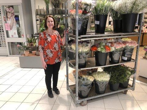 PÅ JOBB: Tina Martinsen er glad for at god påsketrafikk sørger for at hun fortsatt har trua på å holde butikken i Gran åpen.