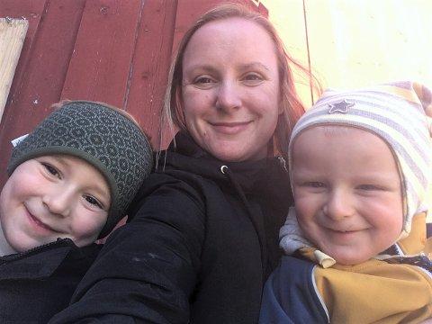 AVVENTER: Ida Nybakke Fiskvik sammen med sønnene Anderas (5) og Emil (2).